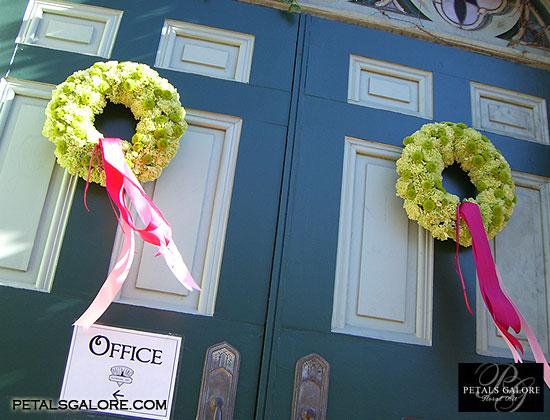 "Den ""D"" 2.10.2010 - ...krasne na vchodove dvere nesty a zenicha...len s bielou maslou..."