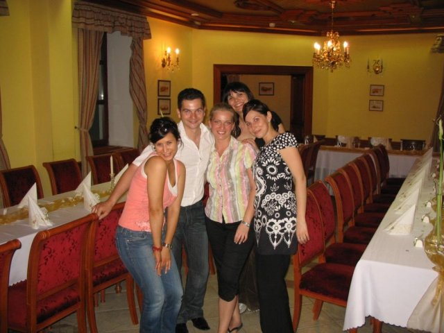Zuzana{{_AND_}}Peter - pomáhali všetci.... Lucy, ženích Peťo, ja som bola manažér :), Evička a super šikovná Aďka... tiež mamička a Marek (ktorí nie sú na fotke...)
