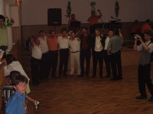 naši hostia(muži) majú spievajúce sólo