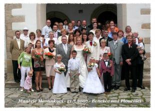 my s rodici, svedky a druzickami, mladenci a ostatnimi hosty.. bylo nas asi 80..