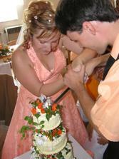 krajeni svatebniho dortu..
