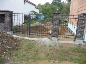 Konečně nová branka s bránou (už můžeme zamknout), ještě dokoupíme nějaké kliky :-)