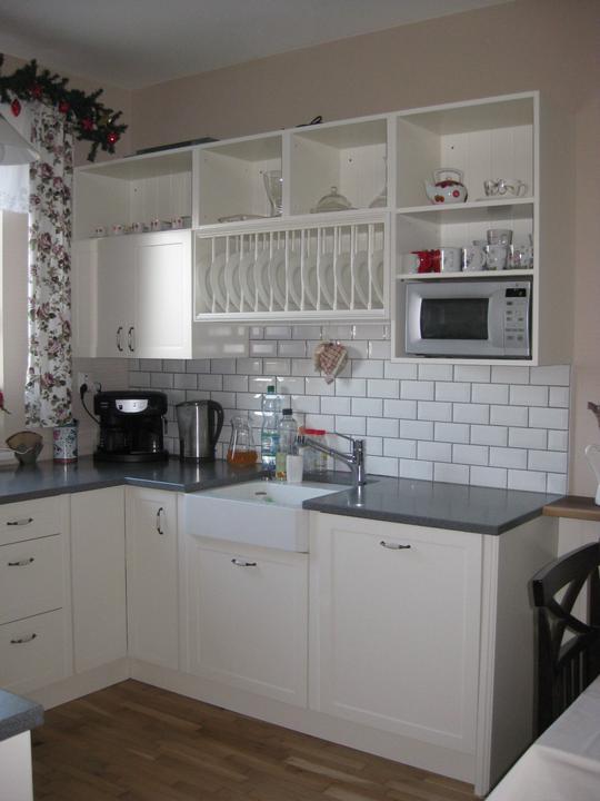 Moja takmer dokoncena kuchyna :) - Vianoce 2011 : Ešte chybaju sklenené dvierka a rampa, inak pokročilejší stav :)