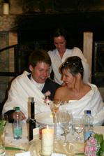 Novomanželská tradice v prostěradle.