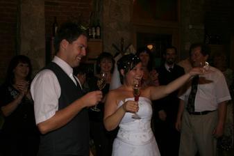 Novomanželský přípitek po prvním novomanželském tanci:o) Bublinky jsou báječné:o)