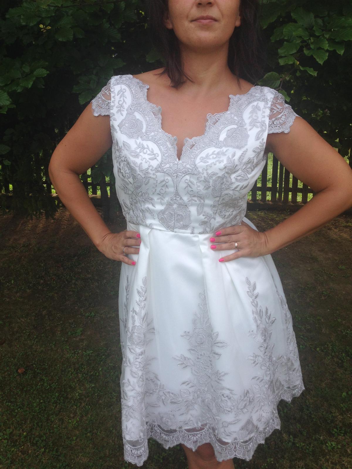 Popolnočné bielo-strieborné šaty - Obrázok č. 1