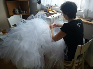 Někdy bylo obtížné vejít se do stroje s celou sukní