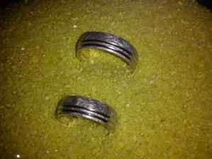 A naše prstýnky,ikdyž sem zklamaná,protože mi tam zapomněli dát kamínek...takže do svatby 28 dní a prstýnek někde cestuje a čeká na kamínek...snad docestuje ke mě zpátky