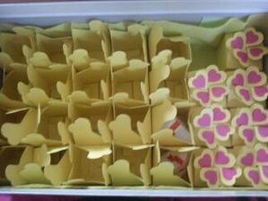 Vyrábím 48 krabiček s dárečkem pro svatebčany...už mi jich zbývá jen 6 a jsem u konce