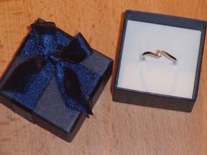 Môj nááádherný zásnubný prstienok :)))