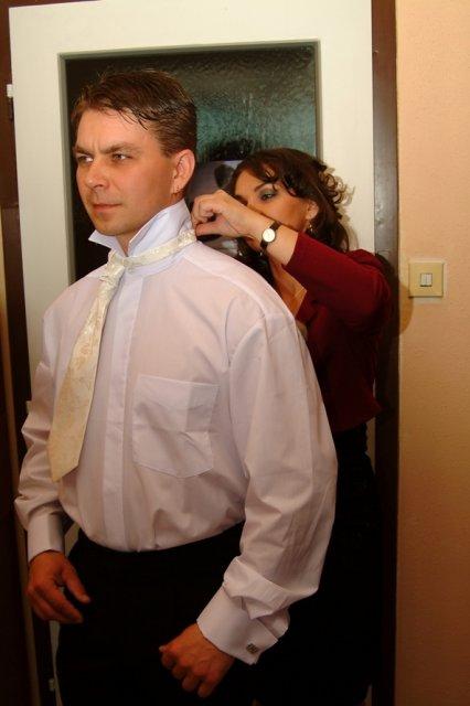 Miruška{{_AND_}}Mariánko - obliekanie ženícha