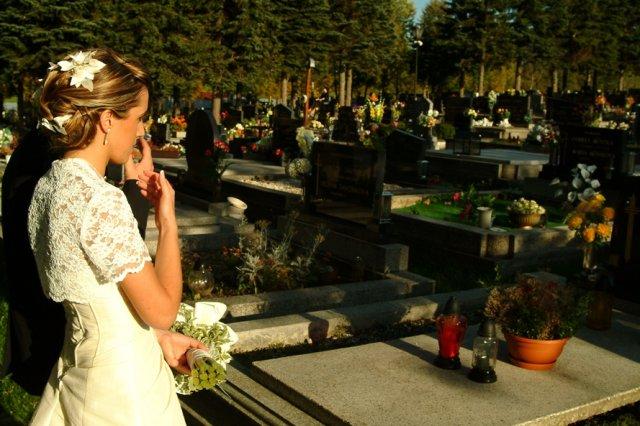 Miruška{{_AND_}}Mariánko - pri hrobe mojho ocka