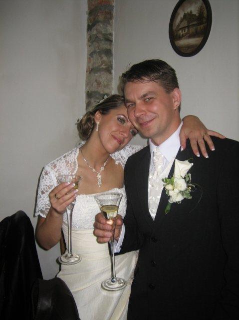 Miruška{{_AND_}}Mariánko - a takto milo unavení na konci našej svadbičky