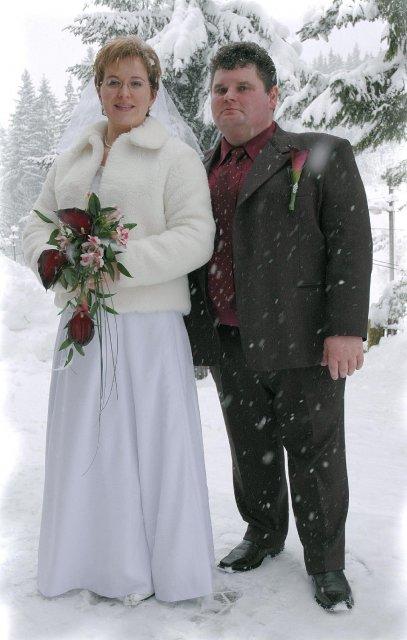 Mirka{{_AND_}}Kamil - pred foto - studiom, aby sme si pamätali, že svadba bola v zime