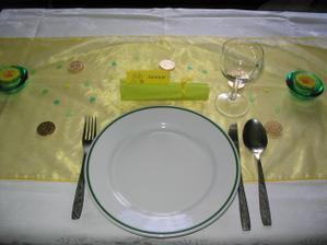 Zkouška výzdoby stolu - ještě bude ikebana, a pak mísy s ovocem, talíře s cukrovím...