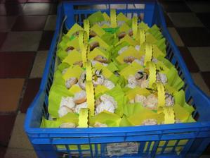 koláče v bednách, připravé k rozvozu