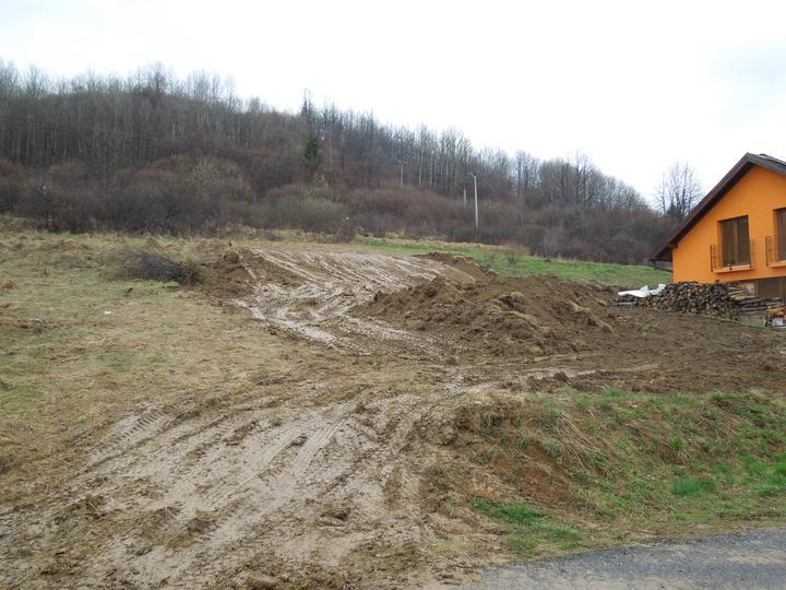Náš chalupársky sen (Alfa 105) - 12.4.2012 - prečo by nám nevyšli zemné práce práve na deň, keď sa pustilo pršať :-(