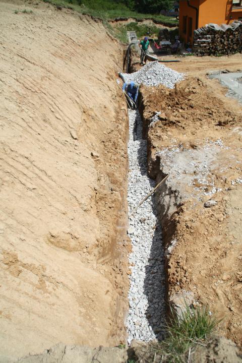 Náš chalupársky sen (Alfa 105) - 19.5.2012 drenaz pod oporny mur
