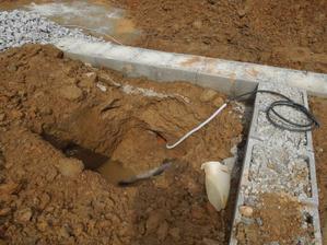 9.6.2012 priprava elektriky a kanalizacie do domu