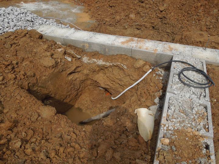 Náš chalupársky sen (Alfa 105) - 9.6.2012 priprava elektriky a kanalizacie do domu