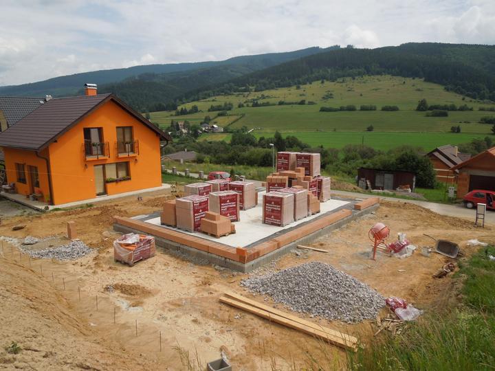 Náš chalupársky sen (Alfa 105) - 29.6.2012 konečne sme nad zemou a začíname sa venovať murovaniu