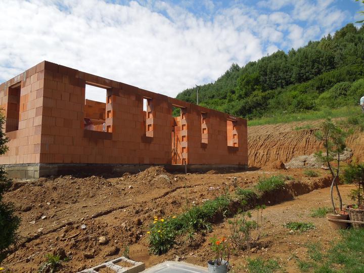 Náš chalupársky sen (Alfa 105) - 14.7.2012 ešte dorobiť komín a čakáme na tesárov