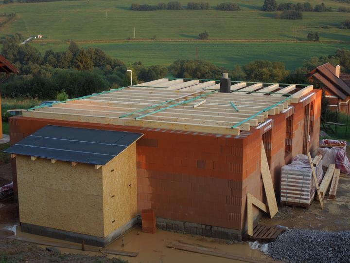 Náš chalupársky sen (Alfa 105) - 4.8.2012 čerstvo položené trámy stropu pokrstené lejakom s krúpami :-(