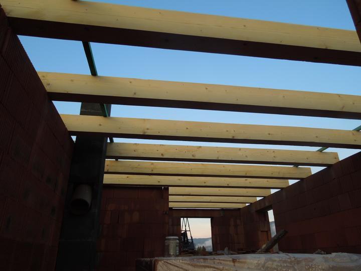 Náš chalupársky sen (Alfa 105) - 4.8.2012 trámy nad obyvkou a kuchyňou