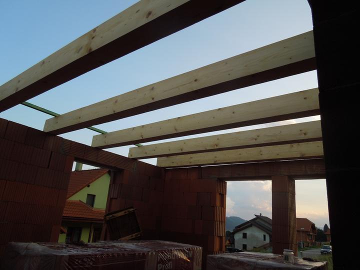 Náš chalupársky sen (Alfa 105) - 4.8.2012 už nech je to zakryté celé, aby drevo netrpelo ďalšími lejakmi