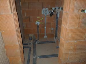 vodársko-elektrikárska spleť vo WC s kotlom