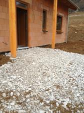 17.11.2012 žumpa zavezená a príjazd k domu spevnený