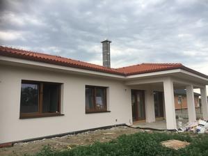 7.7.2017 náš domček má hotový kabát, komín ešte musí 2 dni počkať
