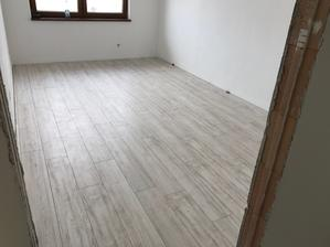 22.7.2017 - prvá izba s podlahou (stihli sme a o týždeň môže prísť skriňa 😅)