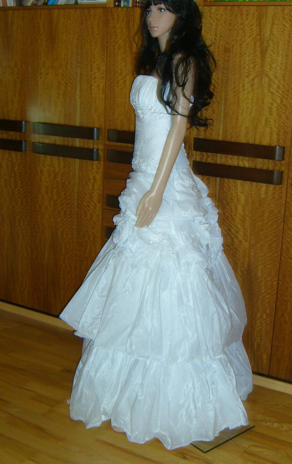 Svatební šaty zdobené něžnými kytičkami - Obrázek č. 1