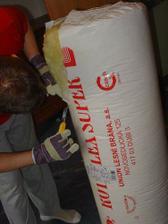Praca s izolaciou bolo to najhorsie na celej stene : treba mat asi respirator (: