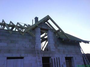 a hotovy krov aj s kominom, cakame na pokryvacov