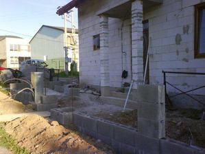 mame zaklady pre plot so skrinkou na elektro este ho ale treba dokoncit