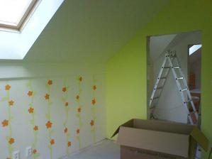 tuto izbu som malovala sama. bude to detska. kedze mi dosla zelena urobila som tam maly wallpainting. ked som to malovala som este netusila ze cakame babatko. teraz uz len dufat ze to bude dievcatko, aby som nemusela premaluvat kvietky na auticka :-D