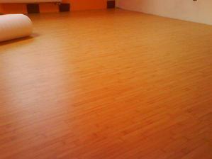 to je podlaha v spalni - bambus z juby. na svetlej stene bude vstavana skrina