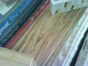 toto je prekrasna podlaha do obyvacky - oliva z parkettplus - zatial este zabalena