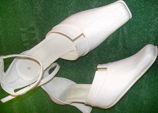 Moje svadobné topánočky, úplne jednoduché a majú bielu podrážku. Sú praktické lebo sa dajú nosiť aj po svadbe a vyzerajú pohodlne aj keď sú dosť vysoké.