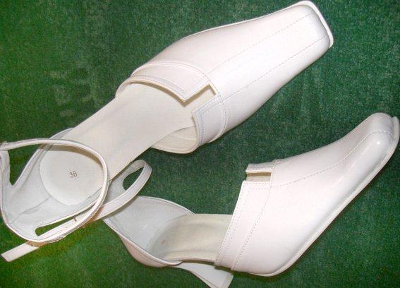 """Náš deň """"D"""" - Moje svadobné topánočky, úplne jednoduché a majú bielu podrážku. Sú praktické lebo sa dajú nosiť aj po svadbe a vyzerajú pohodlne aj keď sú dosť vysoké."""