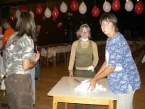 a večer pred svadbou sme zdobili sálu