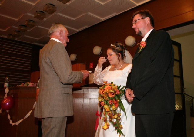 Alexandra{{_AND_}}Ivan - privítanie mladomanželov...jedli sme naozaj všeličo (cukor, soľ, chlieb)