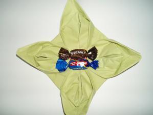 prvni pokusne skladani ubrousku :-) misto bonbonu by byla uprostred polozena svatebni cokoladka