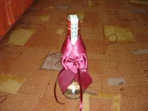 dneska mi to došlo ,-) dekorace na láhev, snad mě nezavřou za reklamu ,sem se snažila to nějak votočit tu flašu,ale alkoholici spoznají stejně co to je že :-D