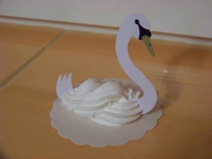 Step by step.... - jedla labutka na dekorciu aj zahryznutie...mnam...