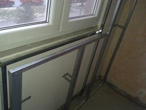 před zeď okolo radiatoru jako podpěra pro nové parapety a zároveň srovnaní šílených zdí kolem oken...bude to takto ve všech pokojích kromě kuchyně....už aby to bylo