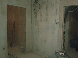 právě se nacházíte v našem obýváku...vlevo ložnice vpravo chodba