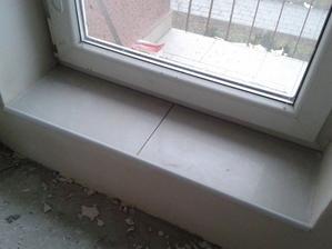 schodek v ložnici na balkón